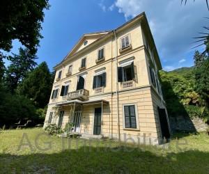 Lago Maggiore vicinanze Ghiffa Villa d'epoca direttamente a lago - Rif: 022